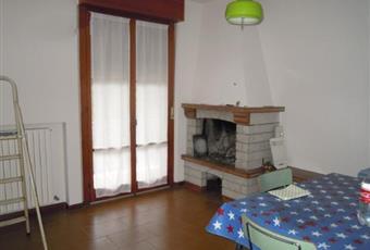 Il pavimento è di parquet, il salone è con camino, il pavimento è piastrellato Marche PU Urbino