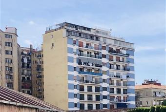 Il locale commerciale e situato sotto un fabbricato con duecento unità immobiliare e adiacente un quartiere con oltre 10.000 abitanti.  Campania NA Napoli