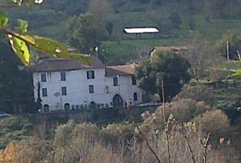 vendesi antico casale con 33.000 mqdi terreno