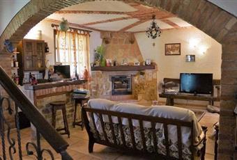 Il salone è con camino, luminoso, il pavimento è piastrellato Piemonte AT Canelli