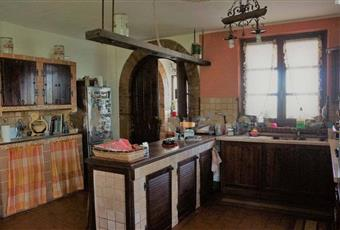 La cucina è luminosa, il pavimento è piastrellato Piemonte AT Canelli