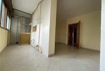 La stanza è molto luminosa, dotata di una vetrata a nastro. La zona cottura è nascosta e divisa dalla zona pranzo. Comprende un piccolo tinello. L'ambiente è stato condonato. Puglia BR Brindisi