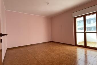 La stanza è molto luminosa, con porta finestra e accesso al balcone. Puglia BR Brindisi