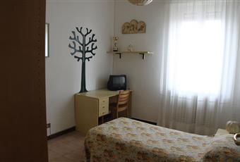 Luminosa e ampia camera da letto matrimoniale.La camera è luminosa, il pavimento è piastrellato Lombardia PV Vigevano