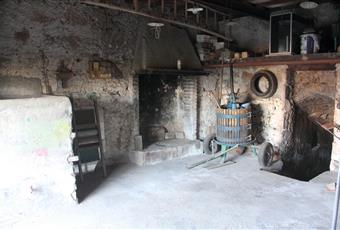 Garage adibito a magazzino con grande camino e prese per acqua calda e fredda per predisposizione  in taverna Lazio VT Viterbo