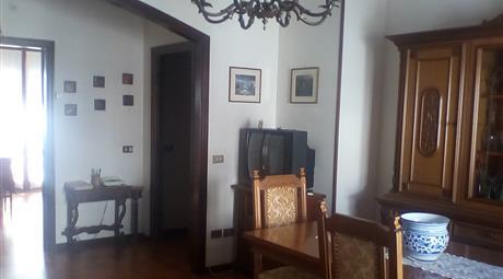 Appartamento ammobiliato a Monsano (AN) (monte sano a 98 metri sul livello del mare), vicino agli impianti sportivi,  in condominio di 6 appartamenti, al secondo piano, di mq. 90, con cucina, sala, due camere, bagno, due terrazze, garage con bagno e cantina.