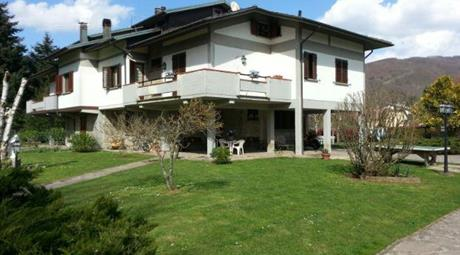 Villa divisa in tre appartamenti con il giardino di 2000 m