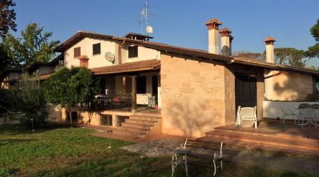 Villa a schiera su tre livelli, doppio accesso indipendente con ampio giardino, garage, terrazza e patio