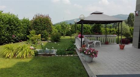 Appartamento fronte parco, con giardino privato