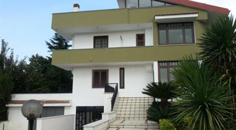 Villa via Louis Pasteur 1, Caserta
