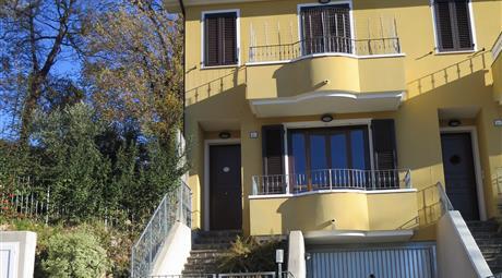Villetta a schiera su 3 livelli con giardino e camino