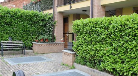 Ampio, grazioso monolocale con sottotetto, in piacevole complesso con giardino