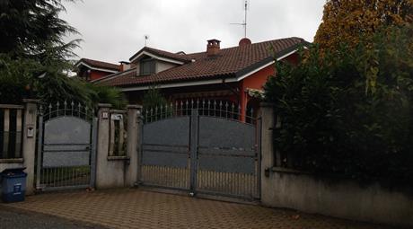 Bella villa bifamiliare con ampio giardino