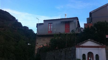 Casa indipendente con giardino e posti auto e cantine