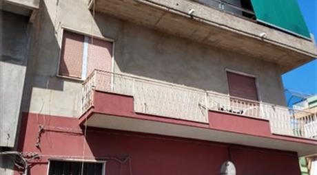 Intero L'edificio di tre piani in vendita a Vittoria