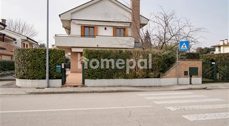 Porzione di villa bifamiliare su 3 livelli