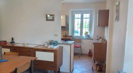 Casa con annesso terreno a Mombaruzzo in vendita