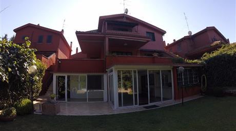 Villa unifamiliare 450 mq con piscina e campo da tennis