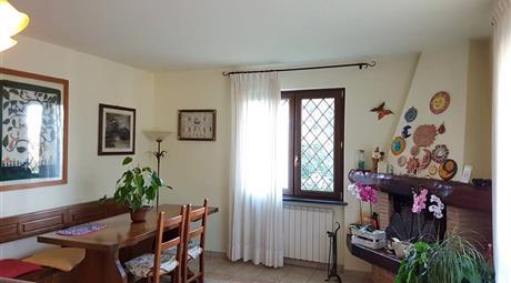 Villa su 3 piani con giardino a Capezzano Pianore
