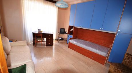 Stanza luminosa in appartamento al 4 piano
