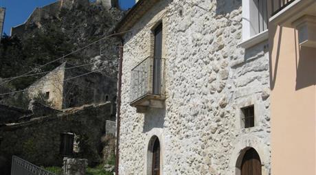 Casa in pietra restaurata ai piedi del castello del borgo