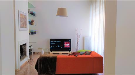 Appartamento di 220 mq a Rimini zona Marina Centro a 200m dal mare. 6 locali, cucina, 2 servizi, 2 ampie terrazze, 2 posti auto, 1 garage, cantina, deposito moto, giardino condominiale.