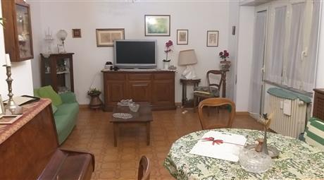 Appartamento con tripla esposizione, nei pressi della stazione metropolitana Lido Centro.
