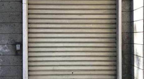 Garage più posto auto in ampio cortile