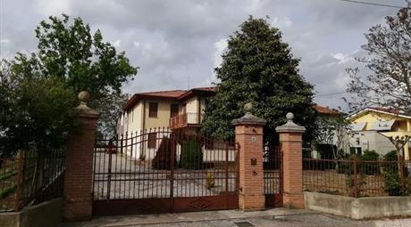 Casa con annesso capannone in vendita a Pernumia