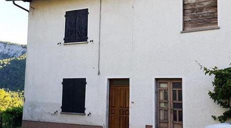 Vendesi casa con terreno in Località Capriano a Pennabilli (RN)