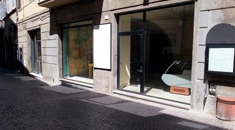 Viterbo Centro Negozio 250 mq 3 vetrine canna fumaria