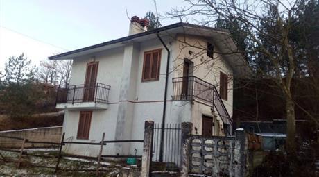 Villetta suddivisa in due appartamenti indipendenti