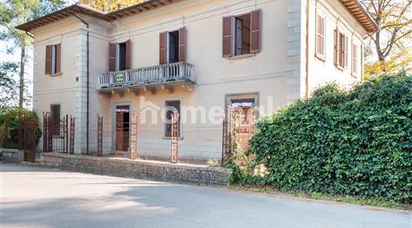 Antica villa padronale con parco e terreno privato | Centro di Caprazzino