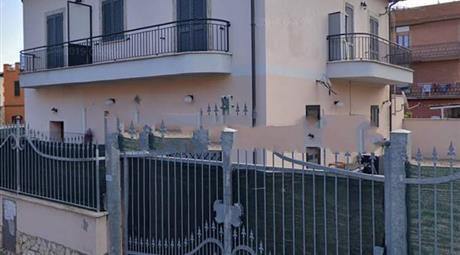 Trilocale via Cervinariola 6, Roma