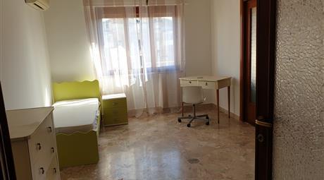 Affittasi a studentesse/lavoratrici ampie e luminose stanze arredate singole