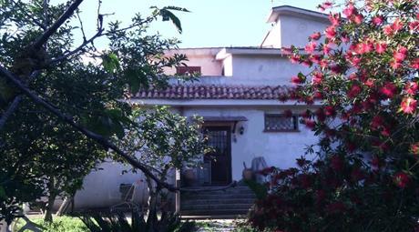 Villa unifamiliare bilivello con 3.000 mq di giardino intorn