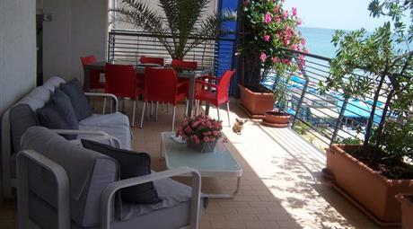 Confortevole appartamento con terrazzo sul mare
