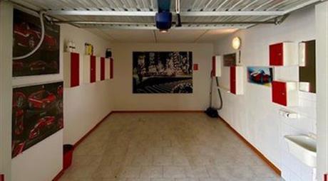 Garage completo di arredo con apertura automatica