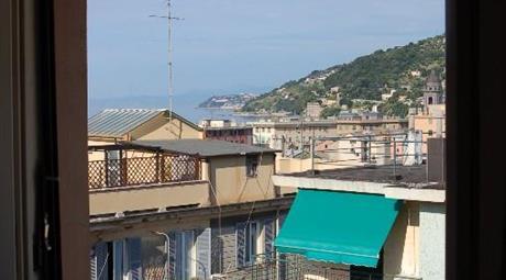 Appartamento con balcone e terrazza sovrastante vista mare
