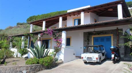 Villa con terrazze,giardino,garage,posto auto, in zona Esclusiva
