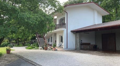Casa singola con grande garage e giardino