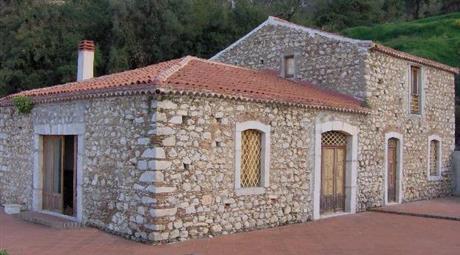 Casale ristrutturato con terreno 380.000 €