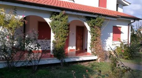Villa bilivello con giardino