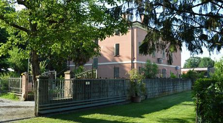 Magnifica villa con parco e torretta