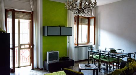 Trilocale 80 mq: cucina, salotto, 2 camere, bagno, box, balcone, 2 cantine, giardino