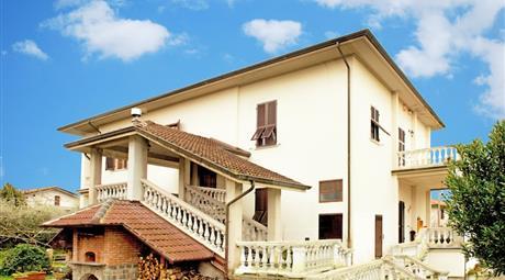 Villa Bifamiliare ideale per B&B, RSA o Due famiglie