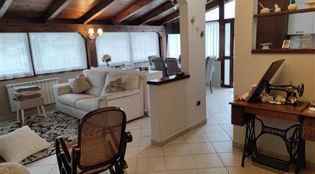Elegante attico di quattro vani e accessori in zona tranquilla