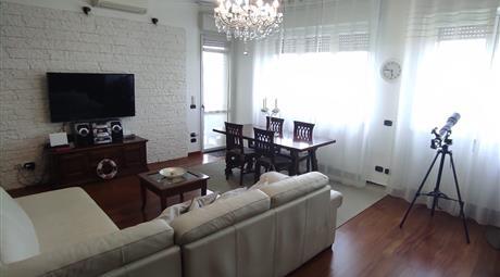 Vendesi elegante appartamento pentalocale