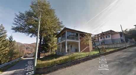 Casa con due appartamenti indipendenti e terreno edificabile