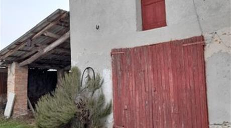 Ampio garage su due livelli con legnaia e portico